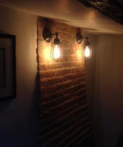 Sieninis šviestuvas ORLANDO su grotelėmis koridoriuje