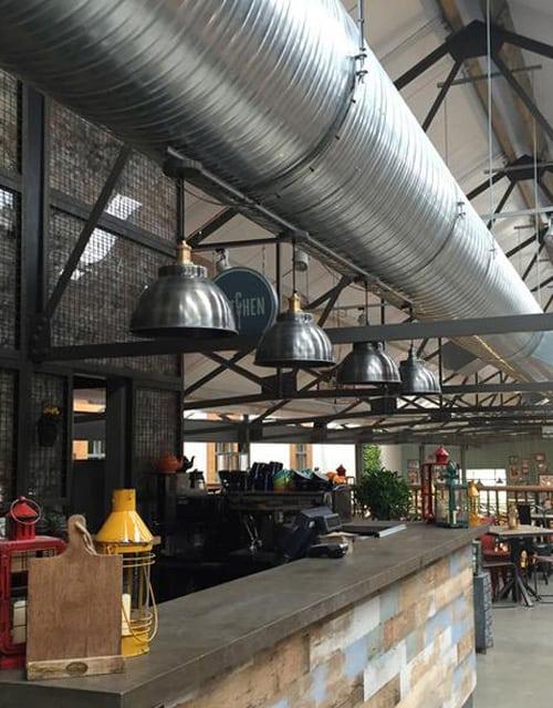 Alavuotas gaubto formos lubinis pakabinamas šviestuvas BROOKLYN baro erdvėje