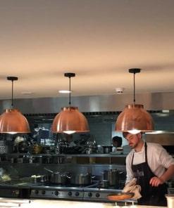 Varinis gaubto formos lubinis pakabinamas šviestuvas BROOKLYN virtuvės erdvėje