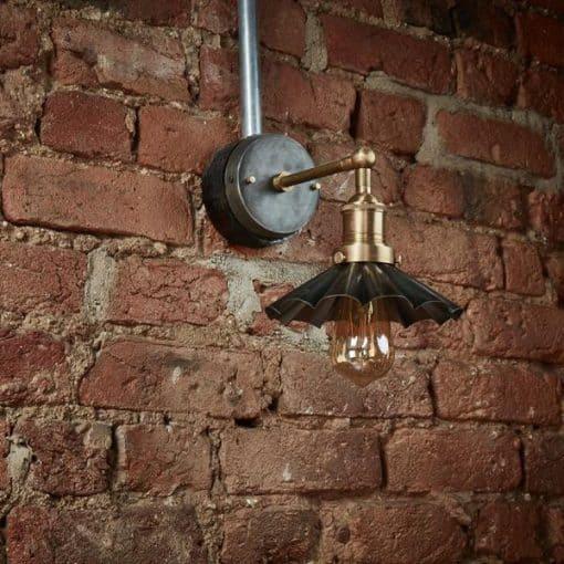 Alavo spalvos skėčio formos sieninis šviestuvas BROOKLYN interjere, išjungtas