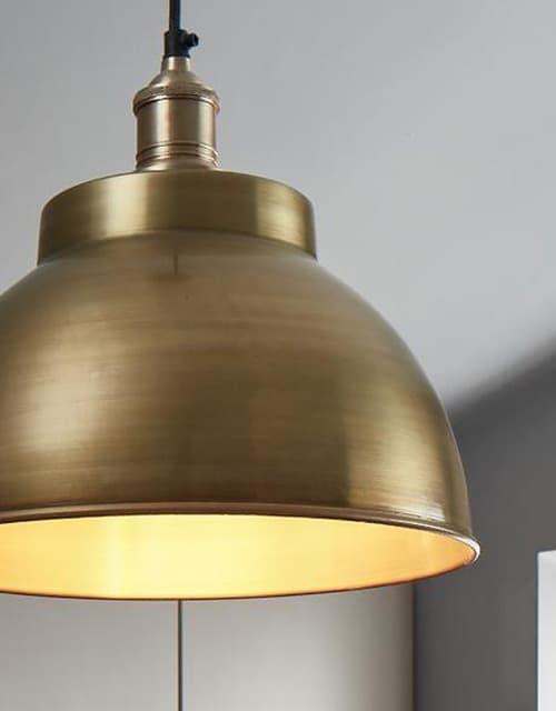 Žalvarinis gaubto formos lubinis pakabinamas šviestuvas BROOKLYN interjere