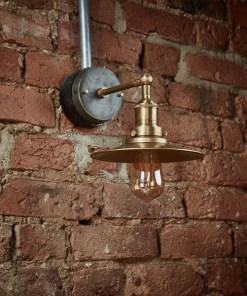 Žalvario spalvos plokščios formos sieninis šviestuvas BROOKLYN interjere