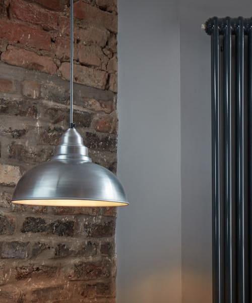 Šviesaus alavo spalvos lubinis pakabinamas šviestuvas OLD FACTORY interjere