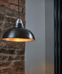 Alavo ir vario spalvos lubinis pakabinamas šviestuvas OLD FACTORY interjere