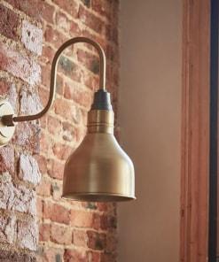 Mažas žalvario spalvos kūgio formos sieninis šviestuvas SWAN NECK interjere