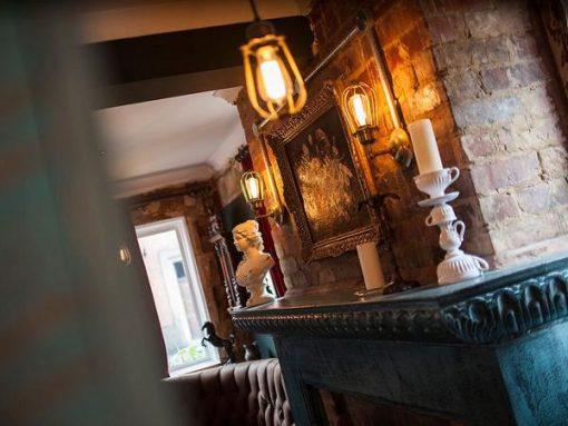 Sieninis šviestuvas ORLANDO su grotelėmis svetainėje