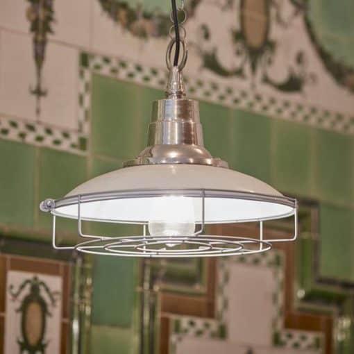 Pilkos spalvos emaliuotas lubinis pakabinamas šviestuvas RETRO parduotuvės interjere