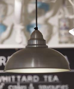 Šviesaus alavo spalvos lubinis pakabinamas šviestuvas OLD FACTORY kavinėje