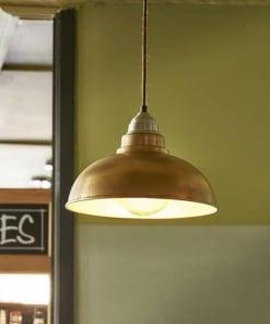 Žalvario spalvos lubinis pakabinamas šviestuvas OLD FACTORY parduotuvėje