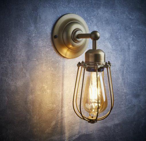 Žalvario spalvos sieninis šviestuvas ORLANDO su grotelėmis interjere