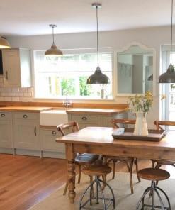 Tamsaus alavo spalvos lubinis pakabinamas šviestuvas OLD FACTORY virtuvėje