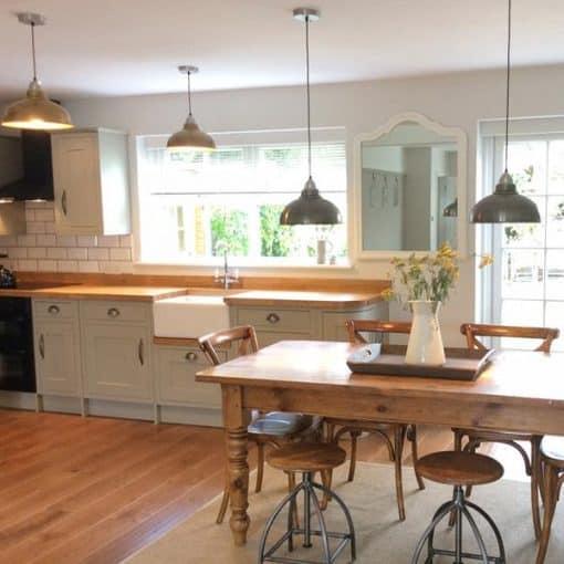 Žalvario spalvos lubinis pakabinamas šviestuvas OLD FACTORY virtuvėje