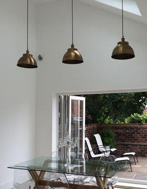 Žalvarinis gaubto formos lubinis pakabinamas šviestuvas BROOKLYN svetainėje
