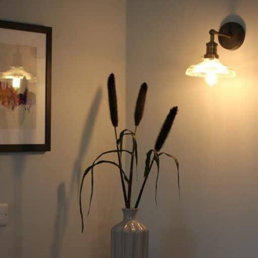 Stiklinis kupolo formos sieninis šviestuvas BROOKLYN namų interjere