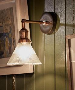 Stiklinis piltuvėlio formos sieninis šviestuvas BROOKLYN interjere