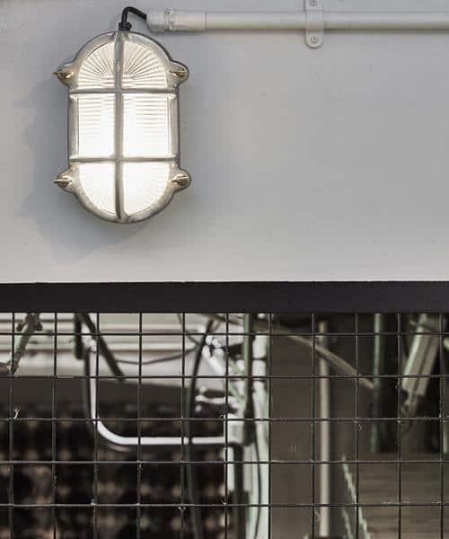 Ovalus sieninis šviestuvas BROOKLYN interjere