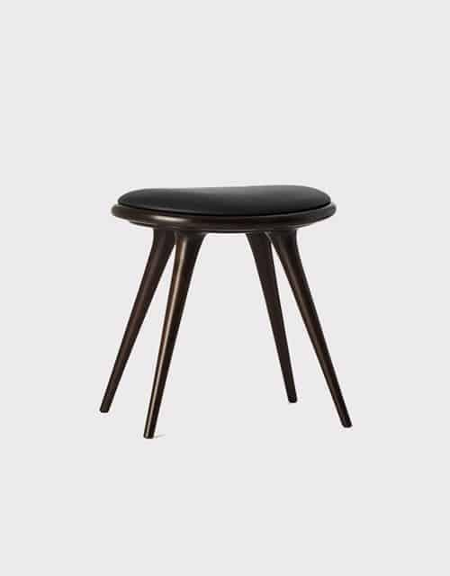 Tamsios spalvos žema kėdė MATER pagaminta iš buko