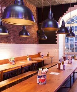 Alavo spalvos lubinis pakabinamas šviestuvas RETRO kavinės interjere