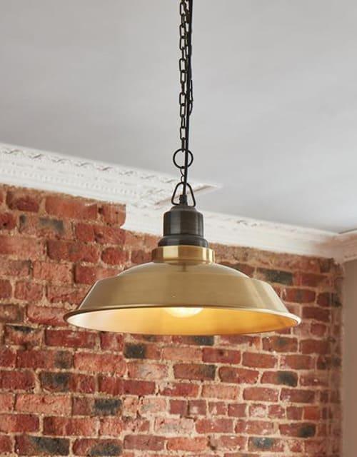 Žalvario spalvos lubinis pakabinamas šviestuvas STEP su grandine interjere