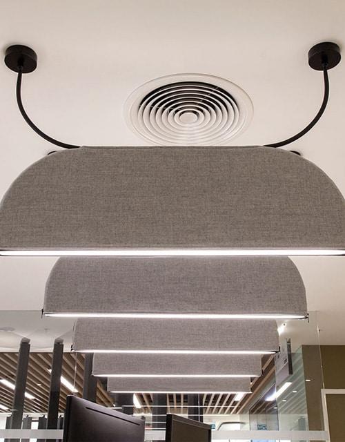 Slopinantis garsą lubinis pakabinamas LED šviestuvas BLOCK biuro interjere